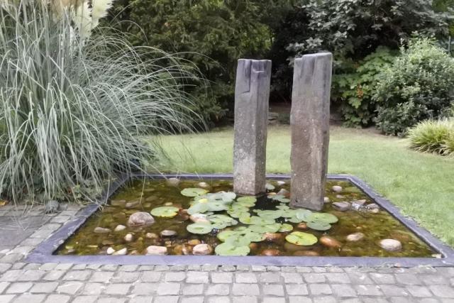 Yogaraum Köln-Sülz, Gartenteich mit Stelen Rolf Schaffner